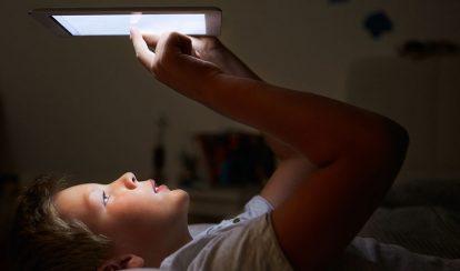 niño mirando tablet adicción
